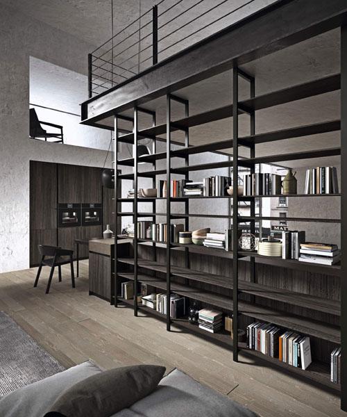 Cucina moderna con elemento libreria a giorno in metallo verniciato nero