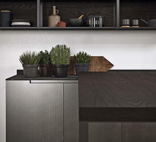 Cucina moderna industriale con bancone da colazione in legno rovere scuro con gamba metallica