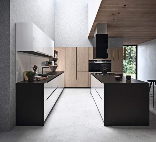 cucina moderna con isola con ante  bianco lucido e colonne in essenza olmo