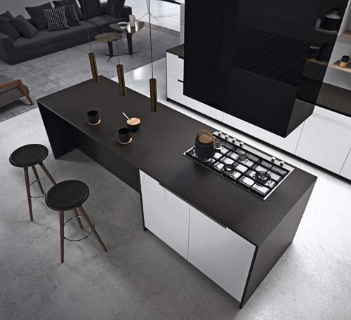 Cucina moderna con isola centrale e tavolo integrato con piano in Dekton Sirius Solid