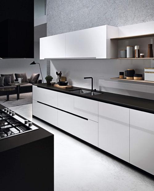 Cucina moderna bianca con gola passante e anta liscia laccata bianca con isola centrale