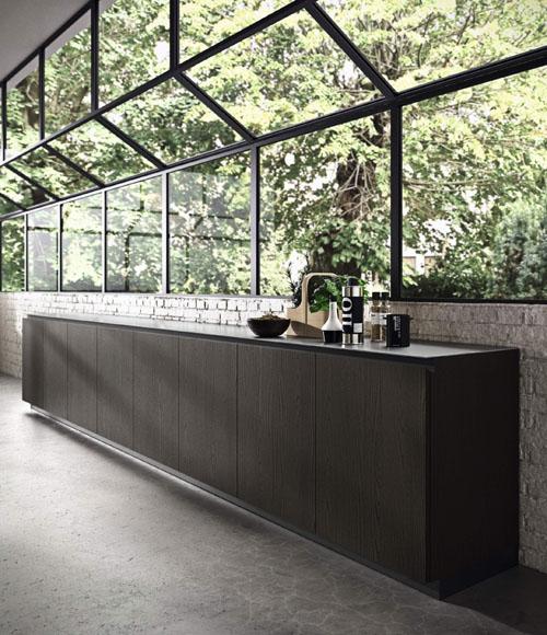 Cucina moderna scura con basi in olmo tinto nero con gola integrata scura e zoccolo scuro