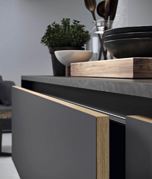 Cucina moderna scura con dettaglio dell'anta in multistrato rivestita in Fenix con apertura a gola scura
