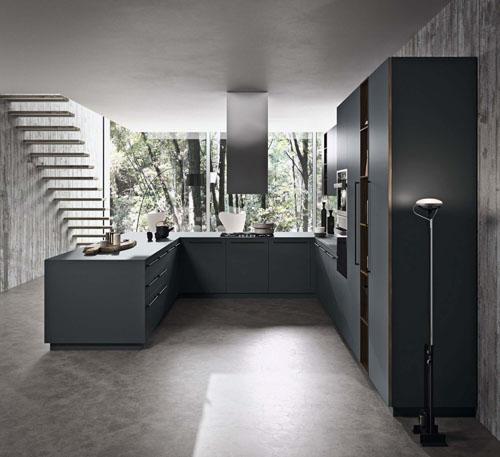 Cucina ad isola ad angolo in stile moderno con frontali scuri e dettagli anta con apertura a gola