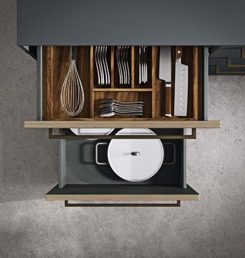 Dettaglio della cucina con cassetti accessoriabili internamente con portaposate