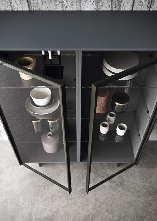 Madia decorativa da cucina con ante vetro Yoox e basamento metallico in finitura brunito e ripiani in vetro