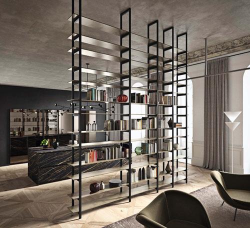 Cucina moderna con elemento libreria centrale a giorno con profili metallici e ripiani laccati metallo