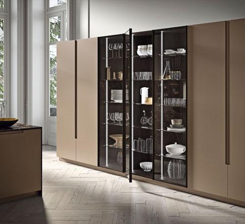 cucina di lusso con colonne in vetro e led interno