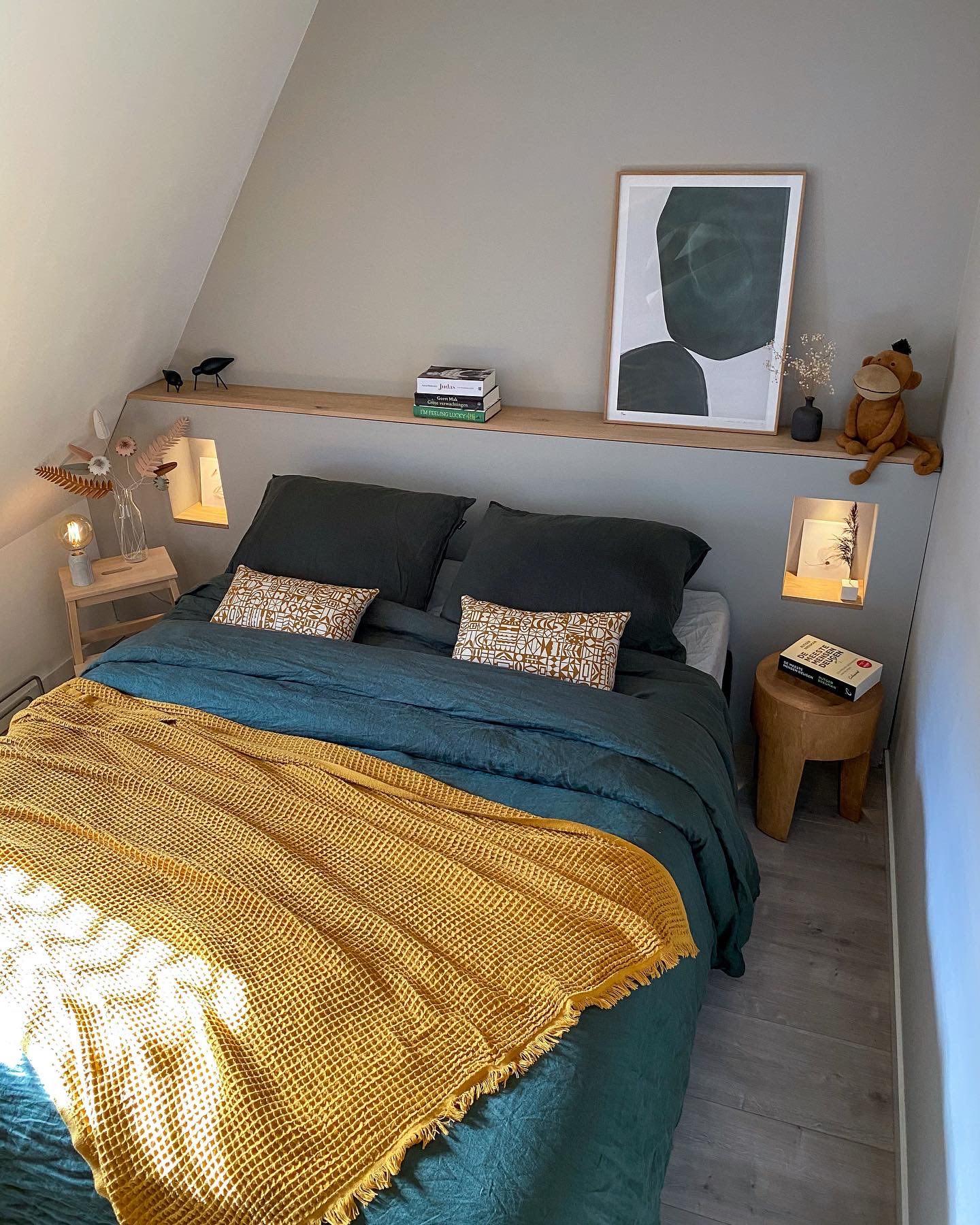 DIY hoofdbord voor achter je bed in de slaapkamer. Met nisjes en eikenhout