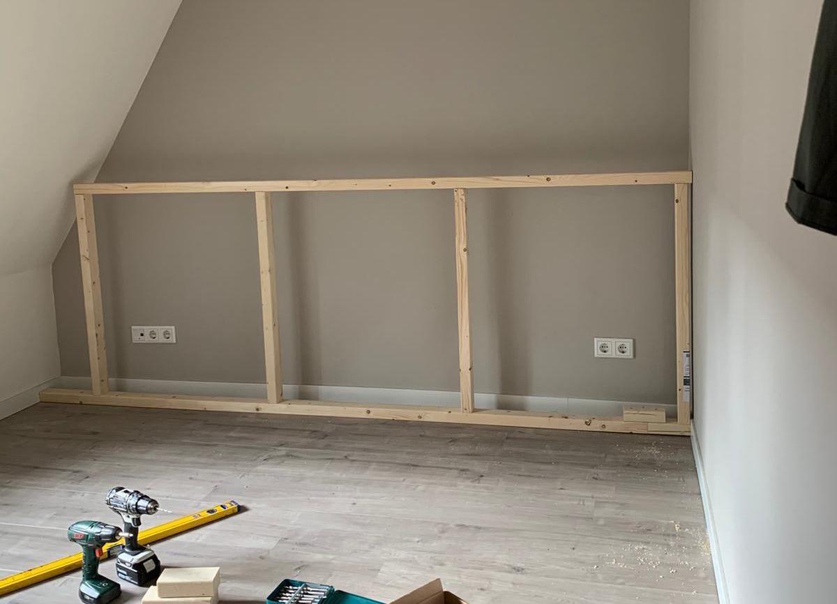 Frame voor DIY hoofdbord bed in de slaapkamer
