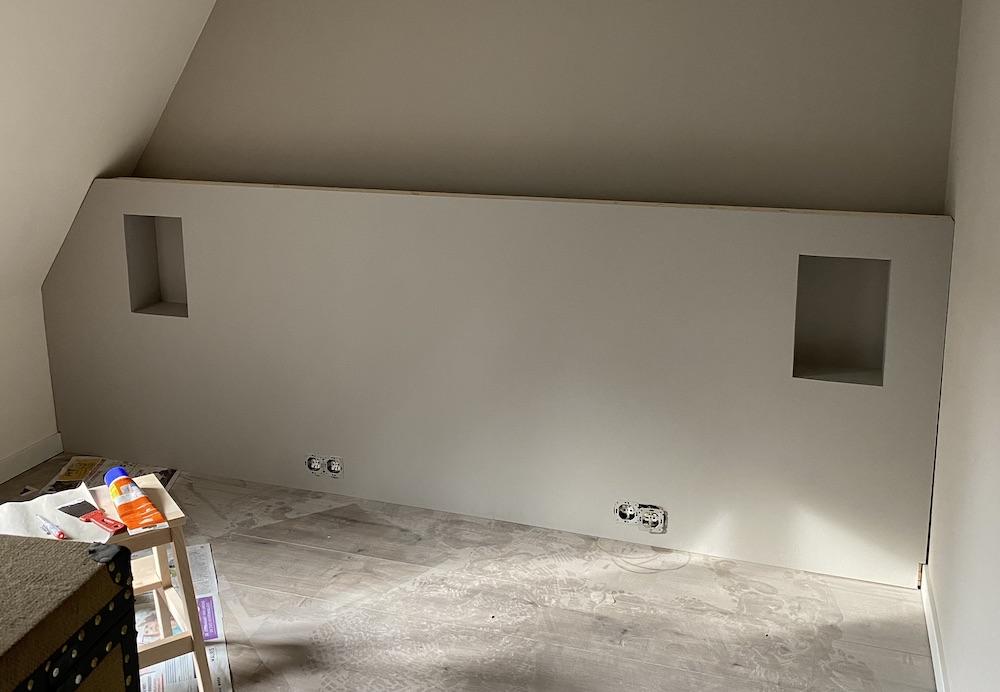 DIY hoofdbord voor de slaapkamer over de hele breedte van de muur