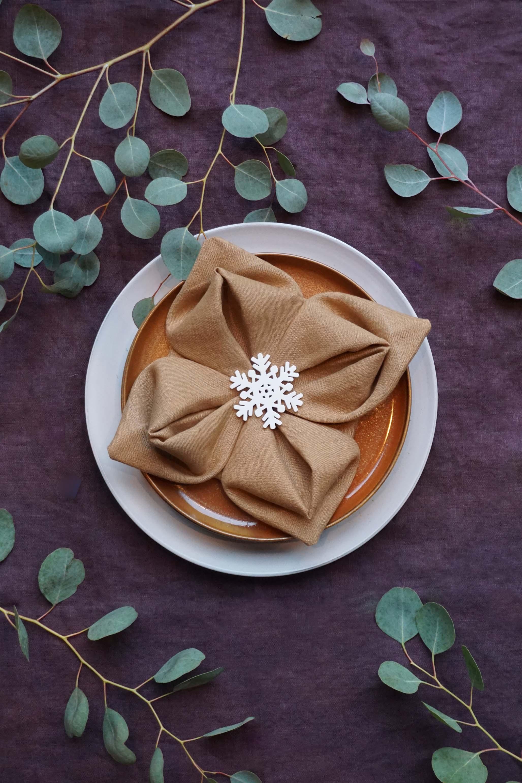 Lotusbloem servet vouwen voor de kersttafel
