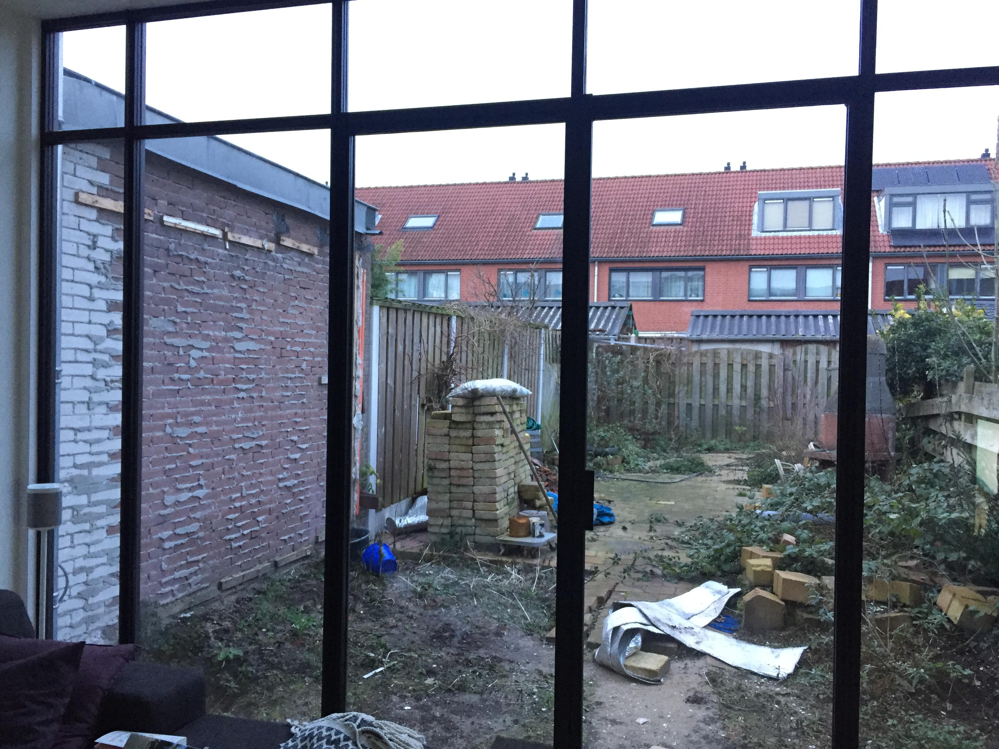 Bakstenen tuinmuur van de buren