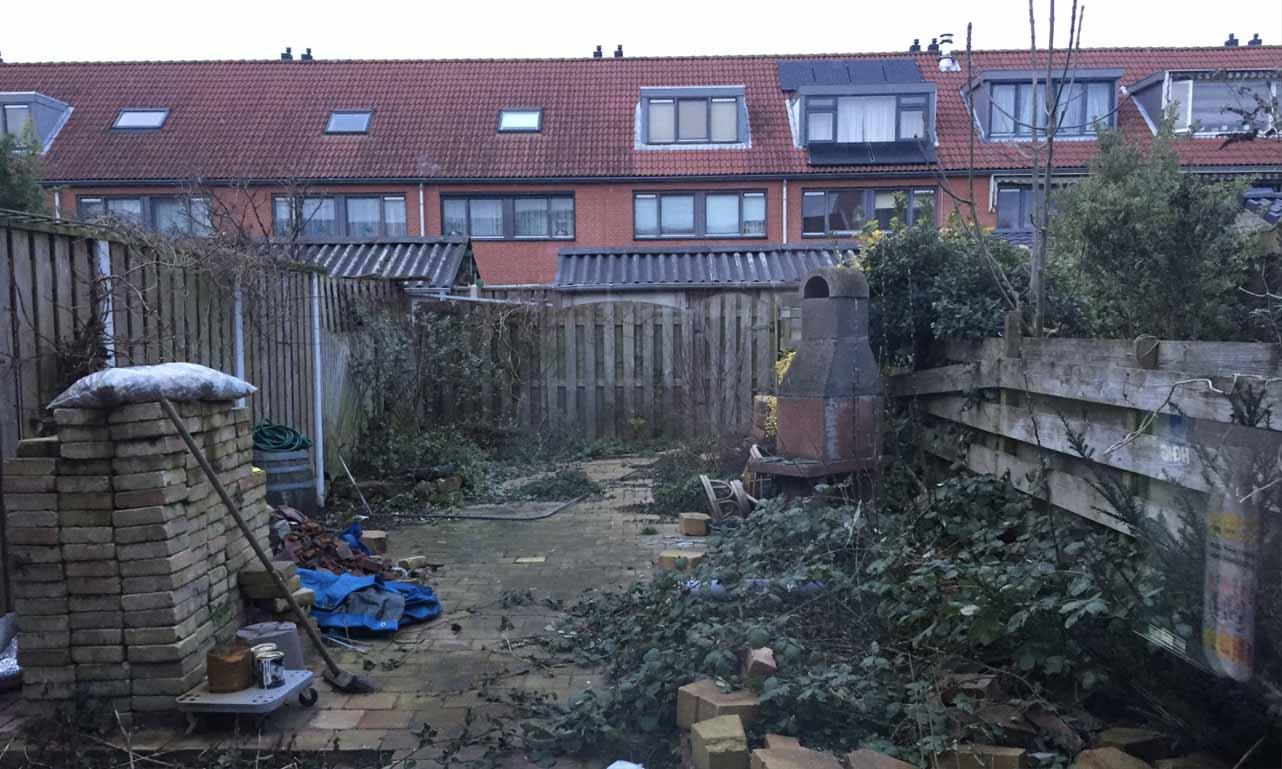 Before foto van de tuin met ouwe schuttingen