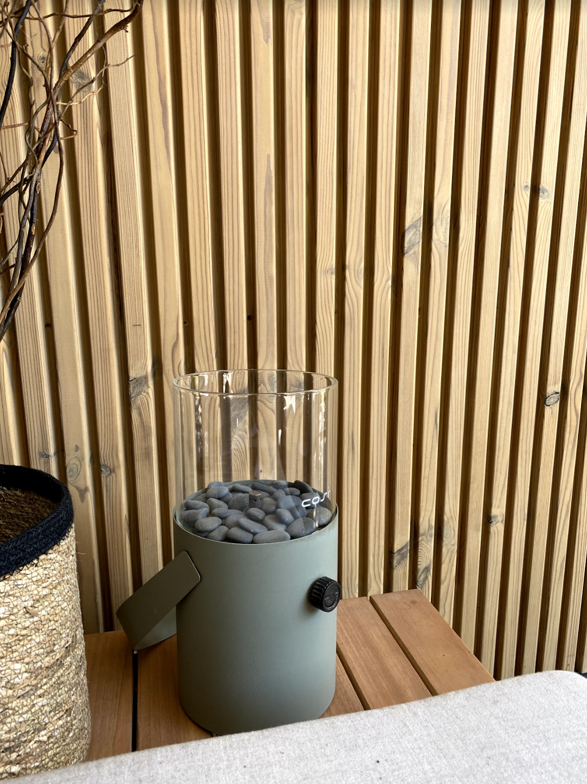 Moderne schutting van houten latjes van hotwood