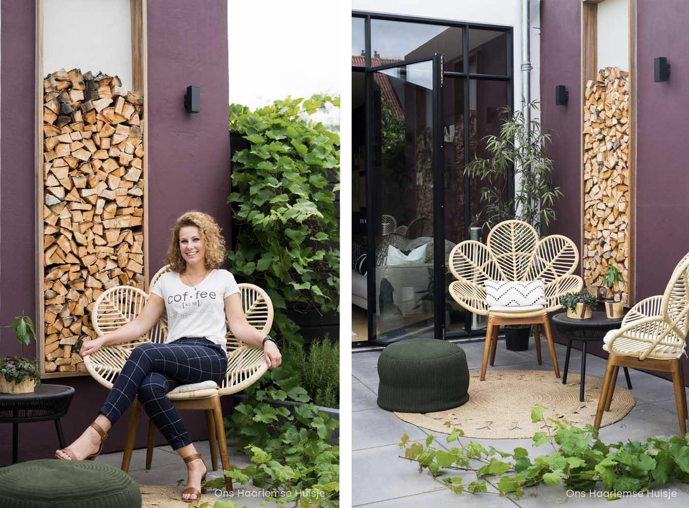 Auberginekleur op de muur buiten met rotan stoelen voor het ultieme lentegevoel