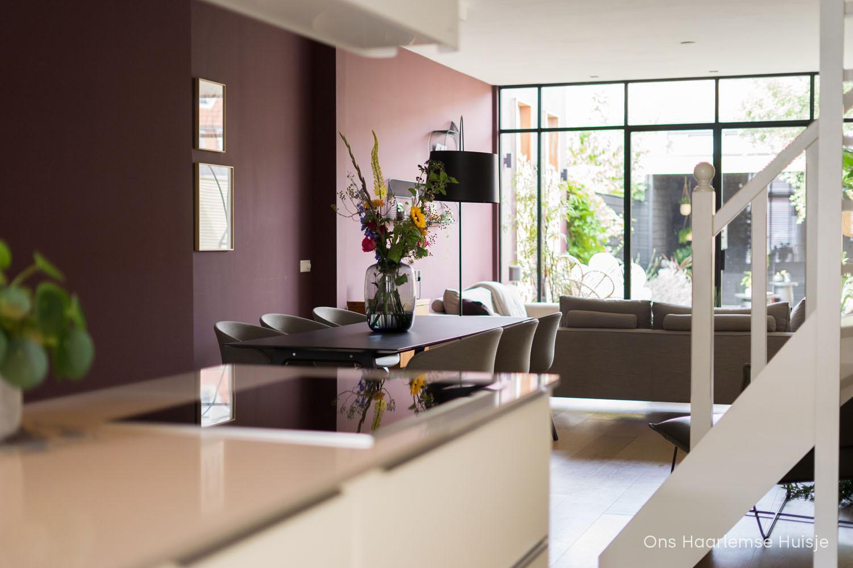Brinjal Farrow & Ball aubergine kleur in de woonkamer