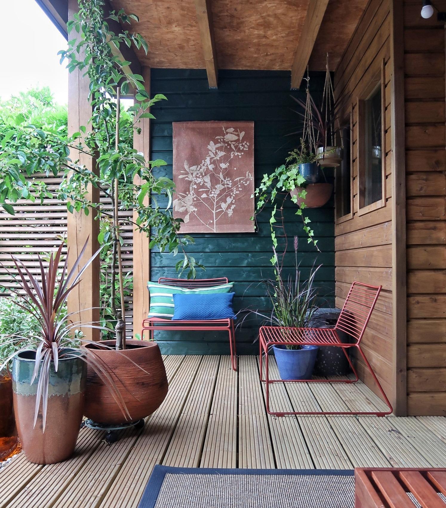 Kleurrijke overkapping met woudgroen bij Finntage door Jan de Boer tuinhuizen