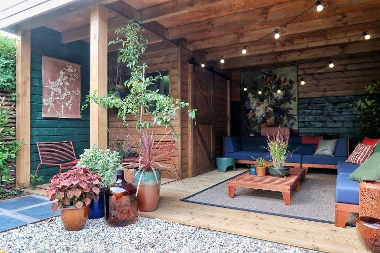 Kleurrijke overkapping Finntage door Jan de Boer tuinhuizen