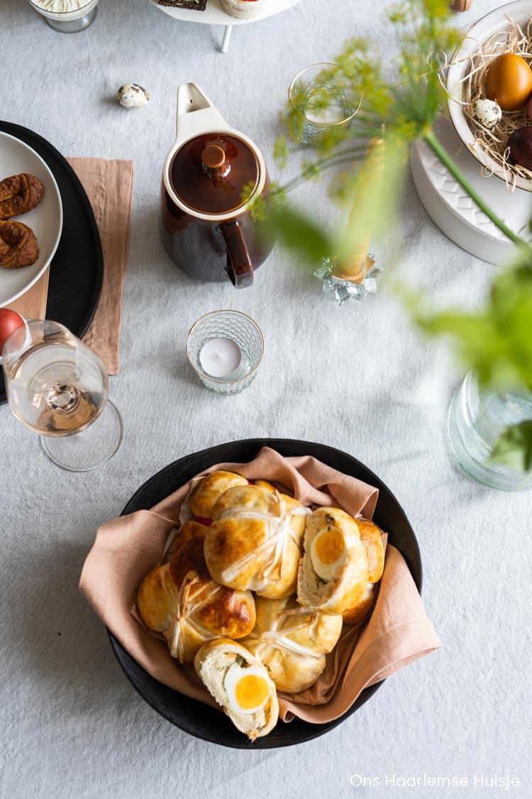 Gevulde broodjes met ei en zalm in een zwarte, mango houten schaal met een oud roze linnen servet