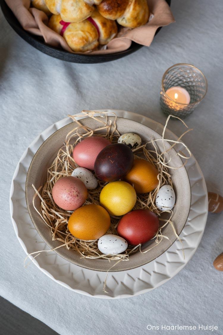 Eieren verven met natuurlijke kleurstoffen voor Pasen