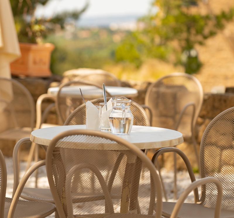 Une table en terrasse