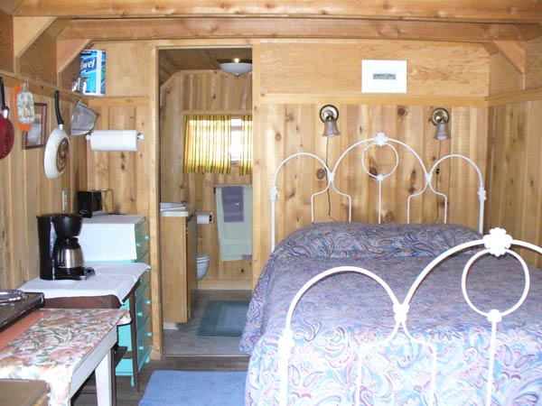 Frank Cabin is a cozy cabin with everything you need to stay a week in the mountains. This cabin has an antique iron bedframe.