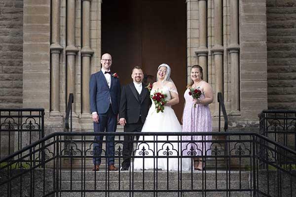 Bröllopsfotografering vid en kyrka i Örebro.