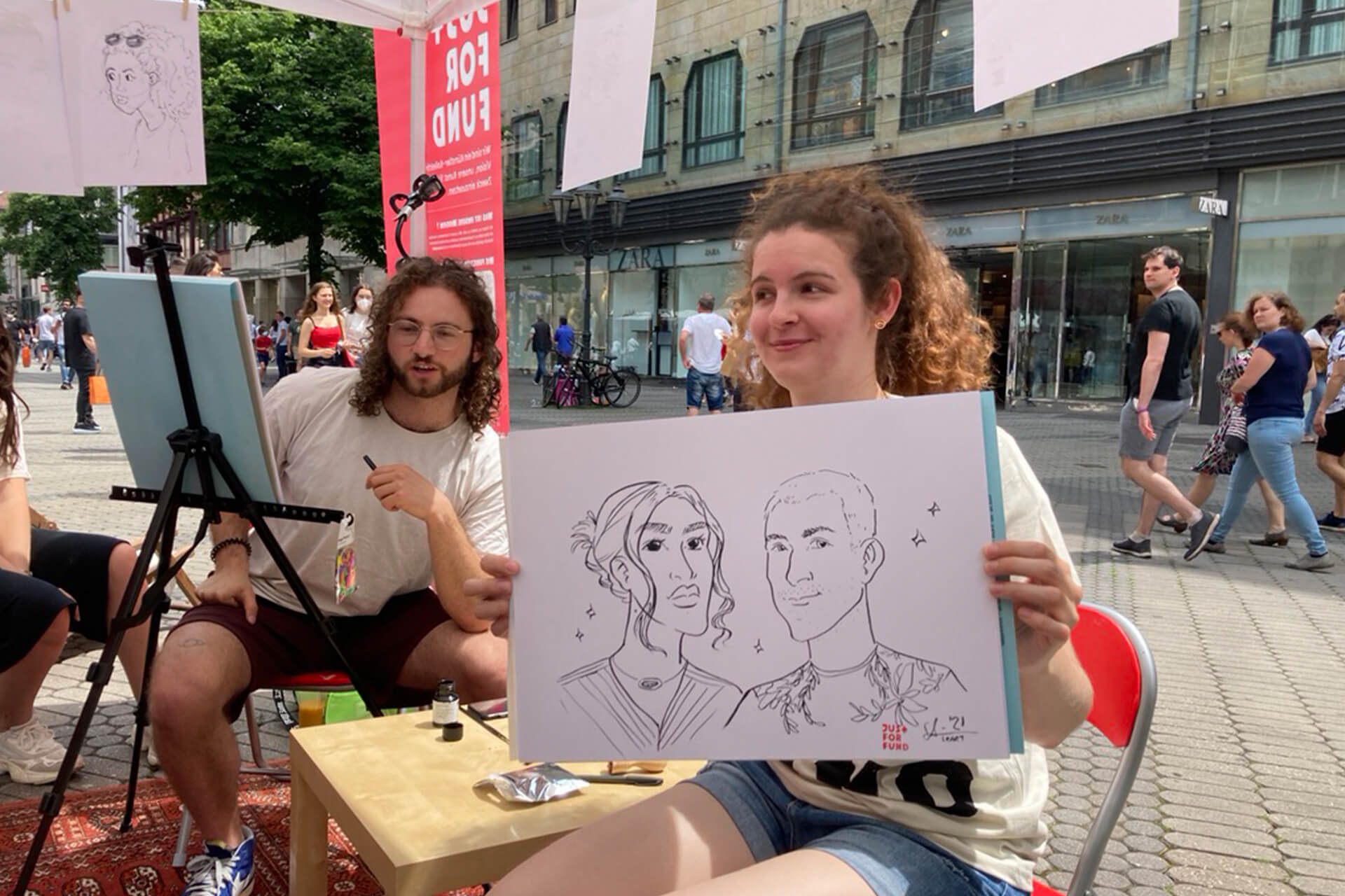 Lea Schumm und Fabian Martin beim Porträt Zeichnen