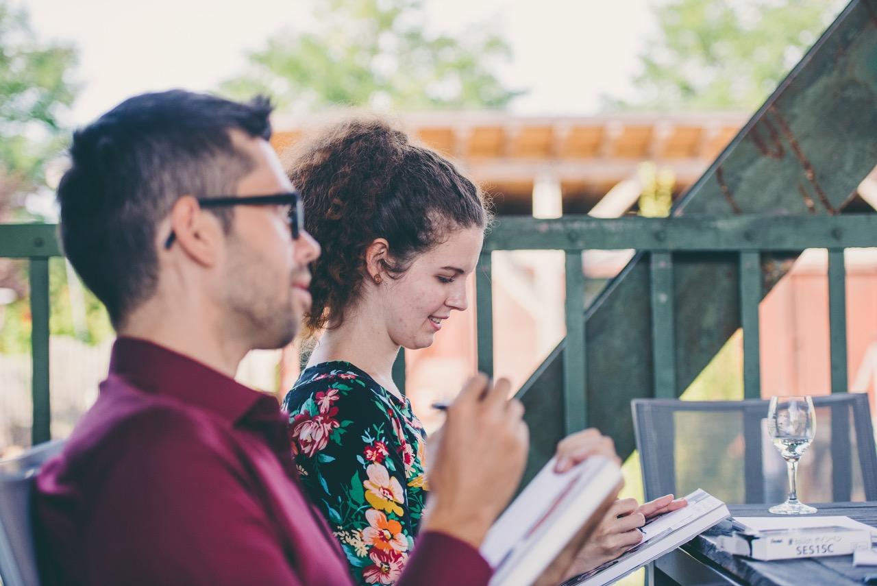 Julian Reichel und Lea Schumm beim zeichnen auf einer Hochzeit