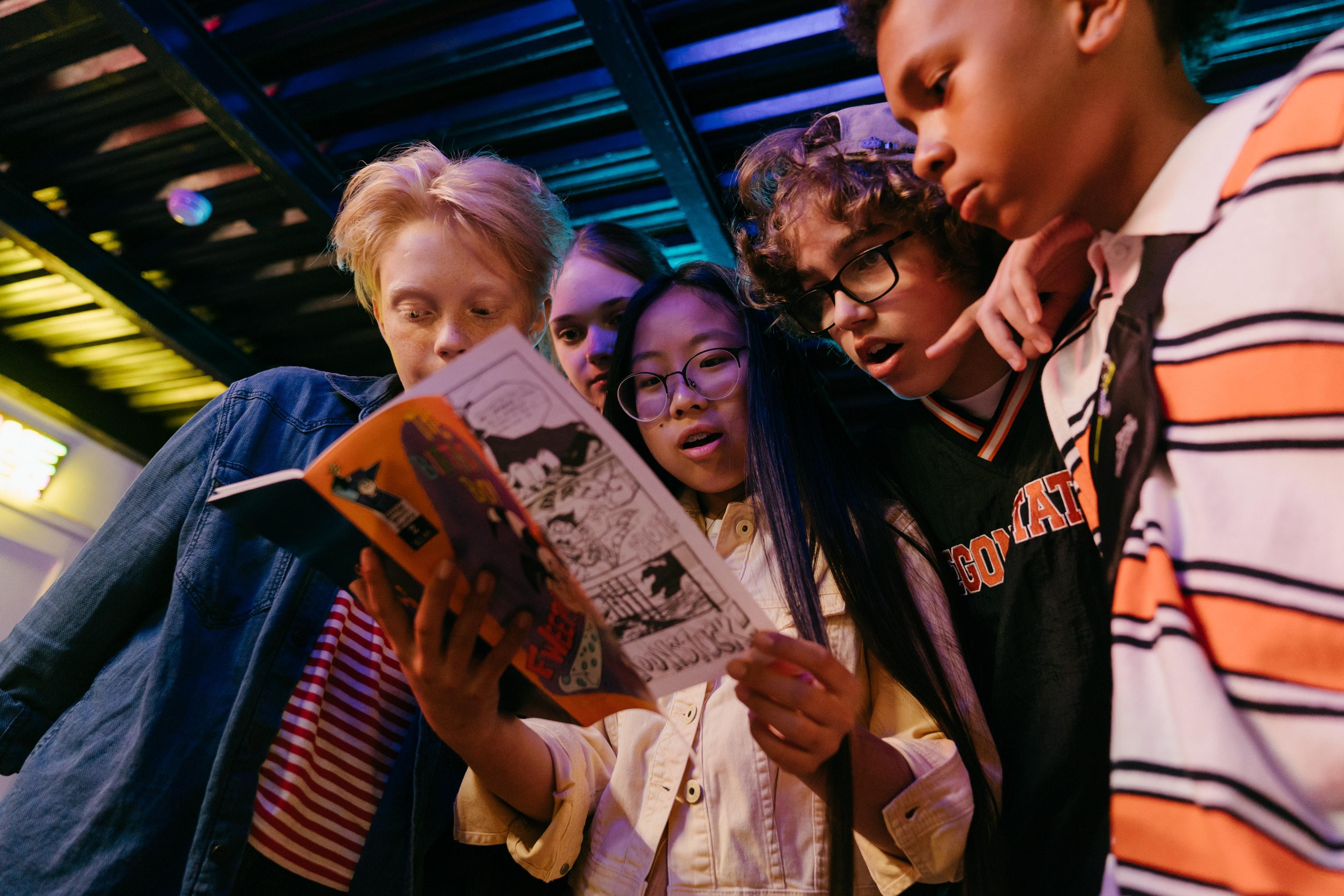 EInige Kinder sehen fasziniert ein Comic an