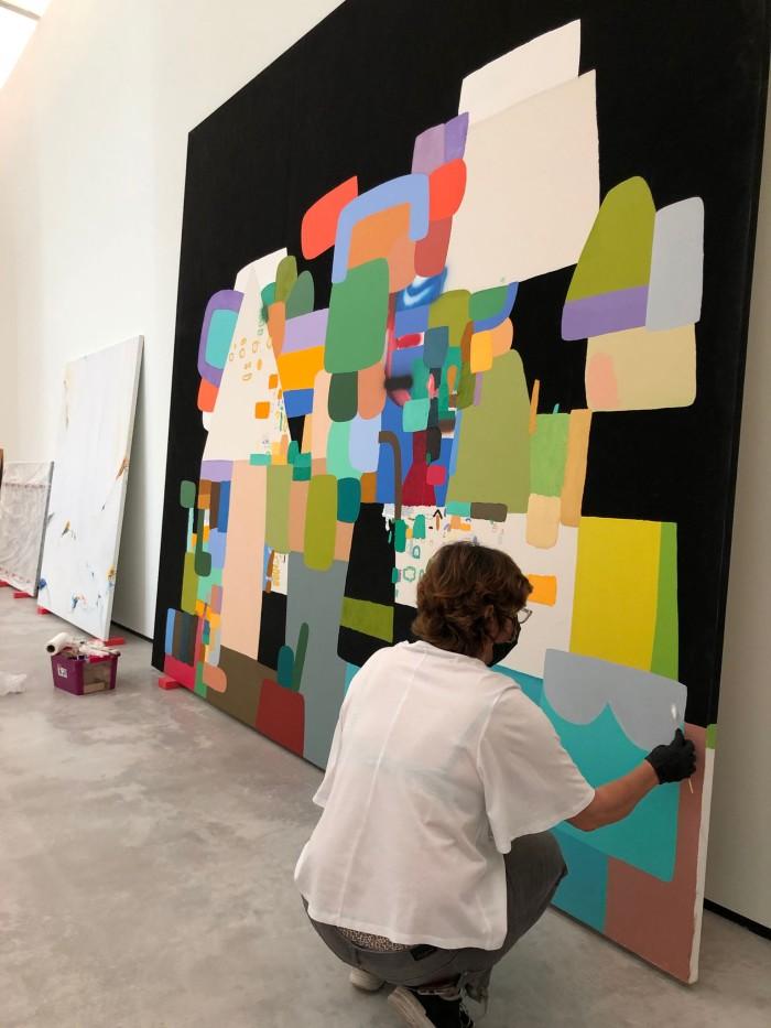 Mujer agachada pintando
