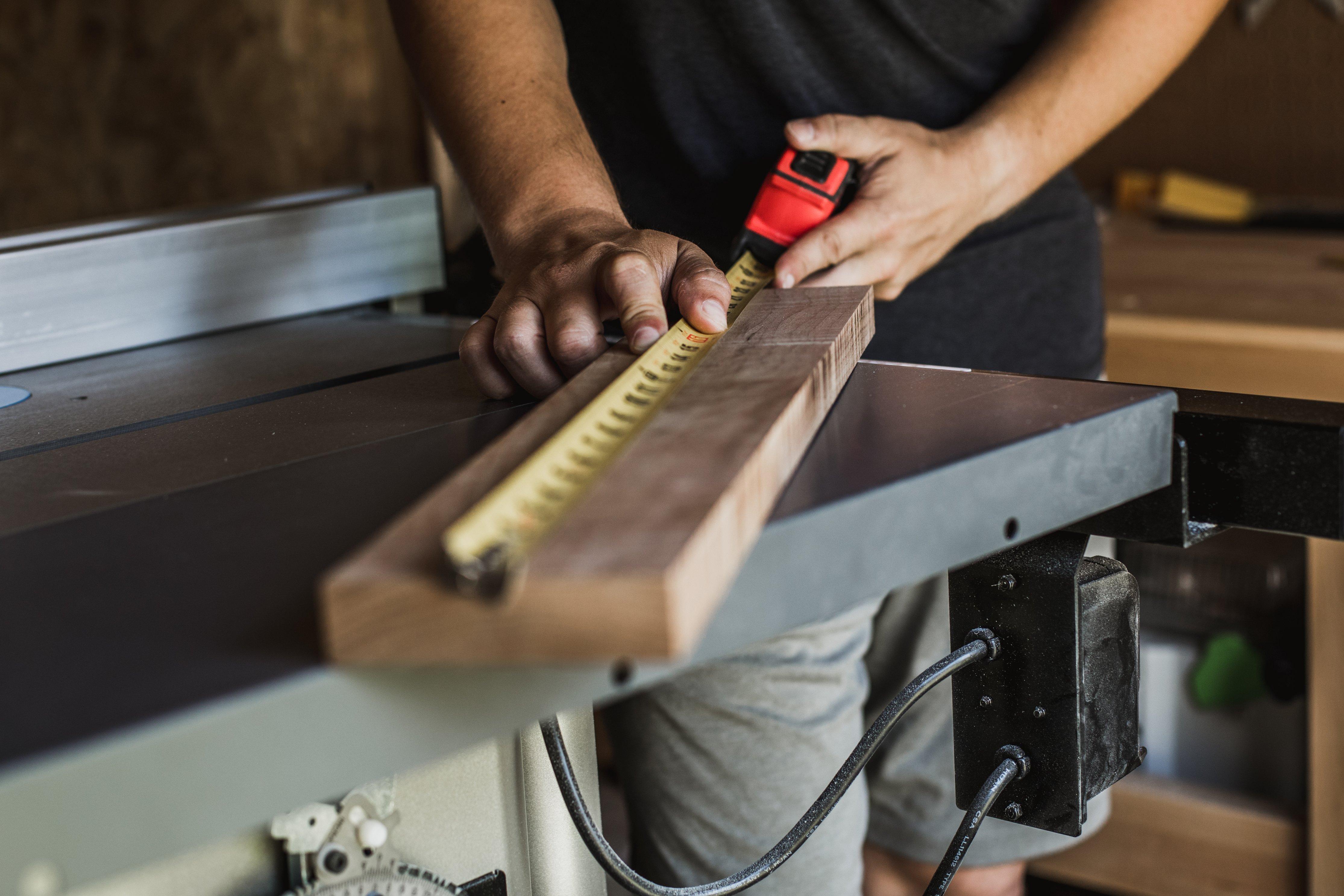 Ein Schreiner bei seiner Arbeit als Handwerker