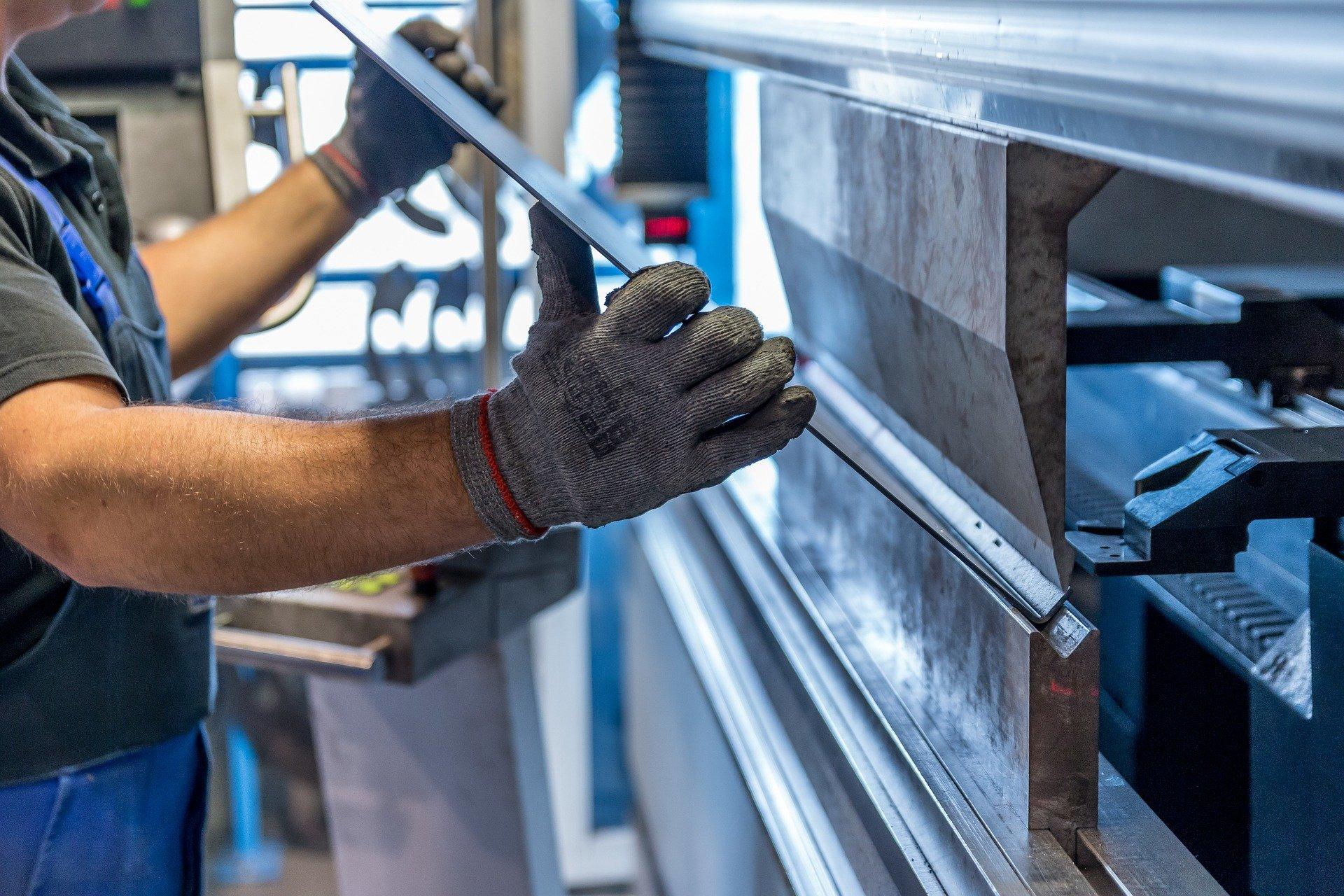 Ein Handwerker bei seiner Arbeit als Metallbauer.