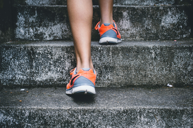 Montée d'escalier avec focus sur les baskets du sportif