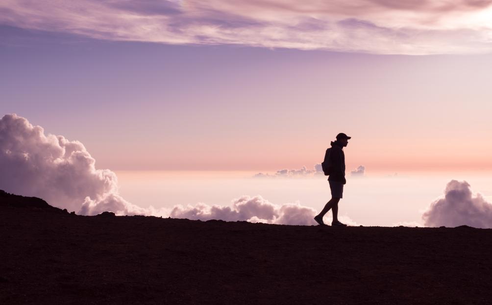 Homme qui se balade dans la nature, en altitude