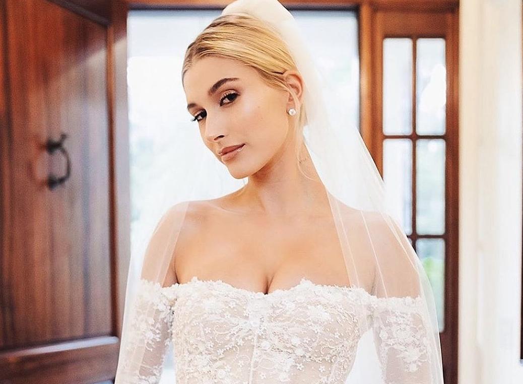 Hailey Baldwin combinou o terceiro vestido de noiva com tênis confortáveis  | CLAUDIA
