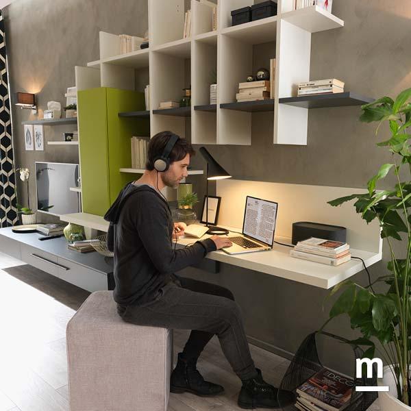 soggiorno attrezzato per lo studio e il lavoro con scrivania sospesa
