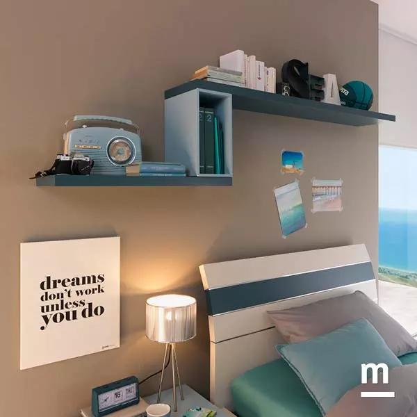 Composizione sopra il letto con mensole color pavone e Wallbox inserito color cielo con vano a giorno