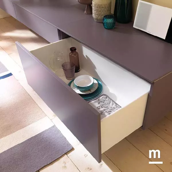 wallbox con cestoni color mora e profili in alluminio cromato con apertura push-pull
