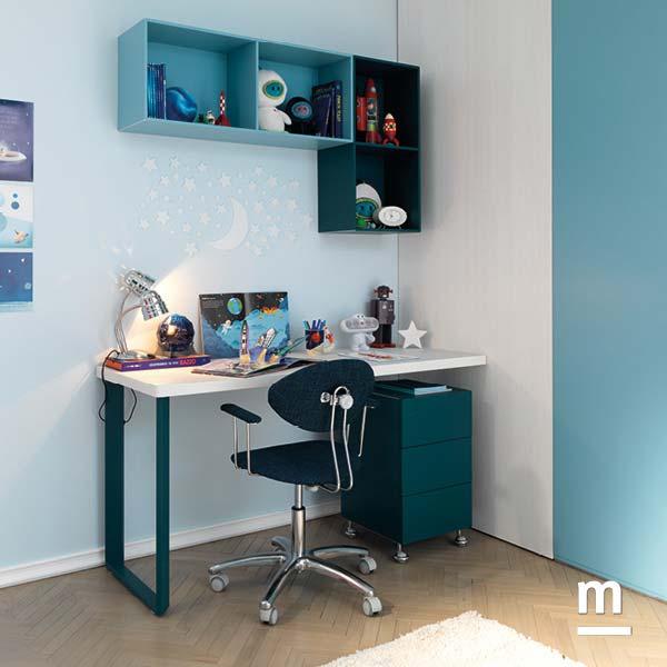 Zona studio con scrivania con fianco in metallo e Wallbox sospesi cielo e pavone