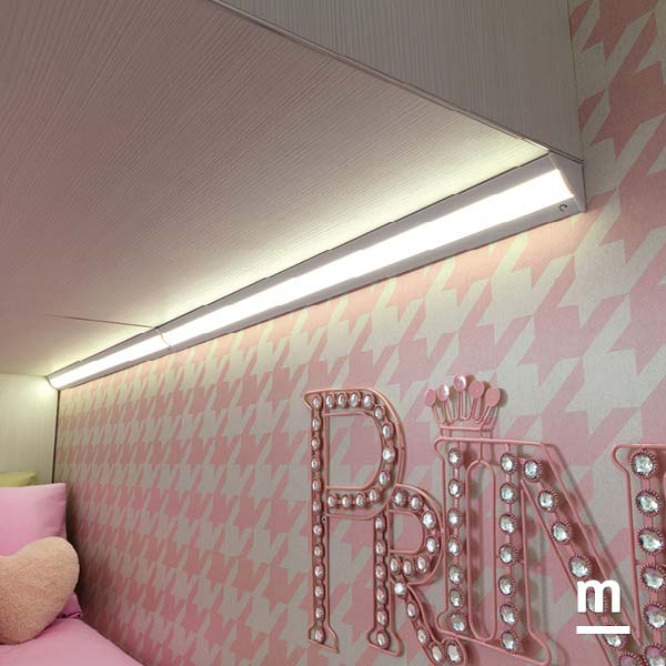 Illuminazione a led sotto i Wallbox sospesi per illuminare i letti e le scrivanie