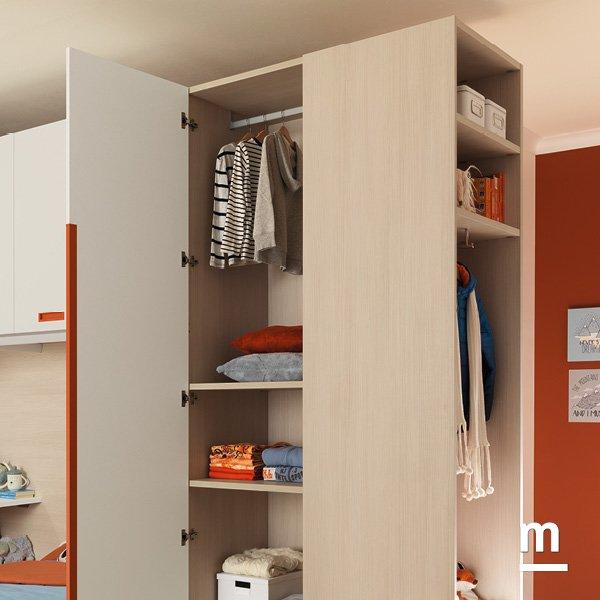 Interno dell'armadio attrezzato con ripiani e tubo appendiabito superiore in essenza larice