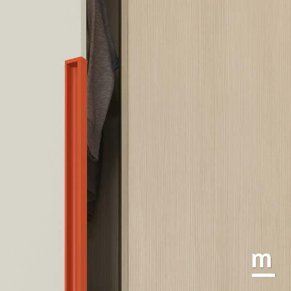 Particolare maniglia gola Rail laccata mattone per l'anta dell'armadio