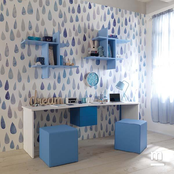 Zona studio con libreria sospesa Flexa laccata cielo con disegno geometrico
