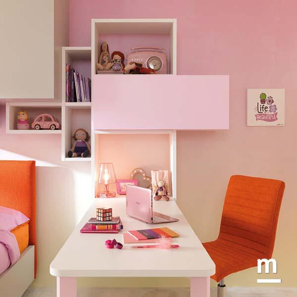 Wallbox sospesi sopra la scrivania a penisola con gamba in metallo rosa