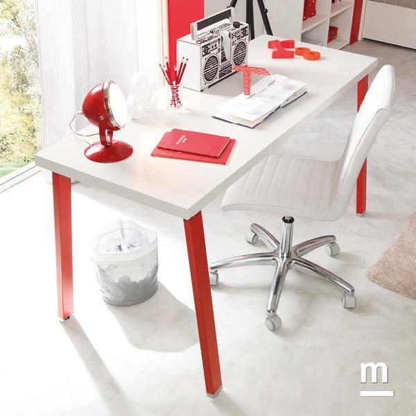Zona studio con scrivania rettangolare SR10 con gambe Tip in metallo rosso ciliegia laccate
