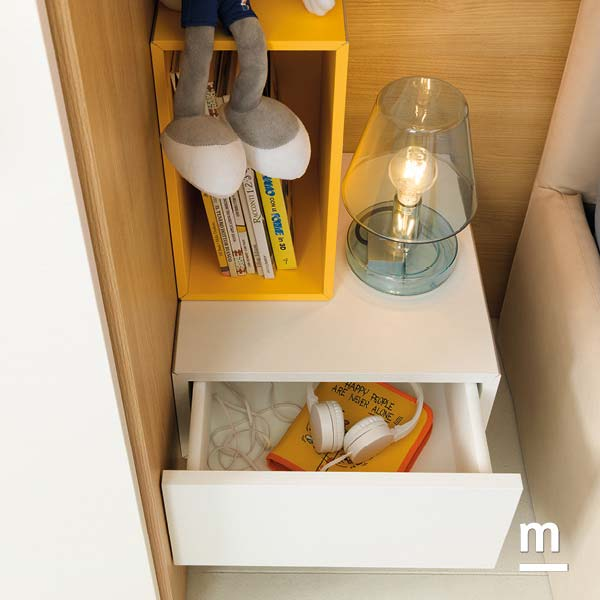 Wallbox con cassetti ad apertura push-pull e Wallbox con vano a giorno laccato giallo sole
