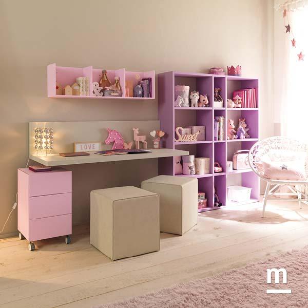 Zona studio con scrivania sospesa e libreria a parete laccata lilla con cassettiera e pouf da seduta