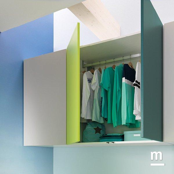 Elementi armadio Wallbox sospesi con doppia anta ad apertura push-pull laccati verde e pavone